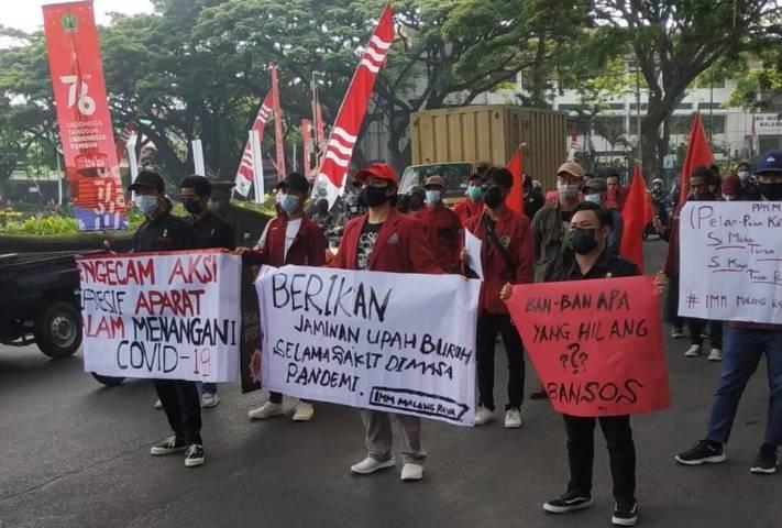 Puluhan mahasiswa yang tergabung dalam IMM Malang Raya tengah melakukan demonstrasi di depan gedung DPRD Kota Malang, Senin (9/8/2021). (Foto: Rizal Adhi/Tugu Malang/Tugu Jatim)