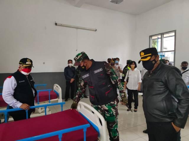 Bupati Malang, HM Sanusi meninjau Isoter Singosari, Rabu (18/8/2021). (Foto: M Sholeh/Tugu Malang/Tugu Jatim)