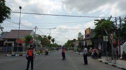 Petugas Dinas Perhubungan Bojonegoro melakukan pengetatan dan sosialisasi di Jalan Kartini Bojonegoro. Selasa (03/08/2021). (Foto : Mila Arinda / Tugu Jatim).
