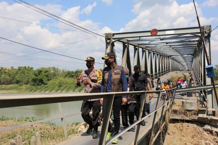 Bupati Tuban Aditya Halindra Faridzky didampingi Kapolsek, Danramil, serta Camat Soko saat meninjau Jembatan Simo, Kecamatan Soko-Glendeng, Kabupaten Tuban, Sabtu (31/7/2021). (Foto: Humas Pemkab Tuban) tugu jatim