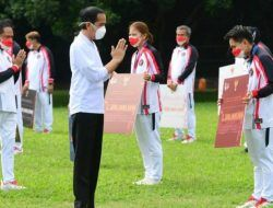 Jokowi Serahkan Bonus Rp 5,5 Miliar Pada Greysia Polii dan Apriyani Rahayu