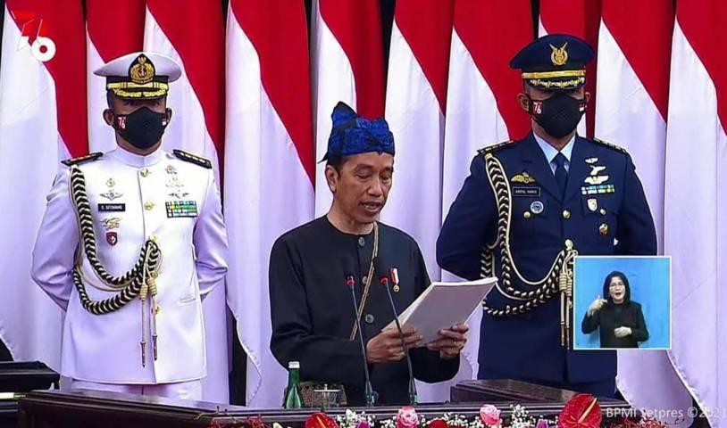 Presiden Jokowi saat pembacaan RUU APBN 2022 sembari mengenakan baju adat Suku Baduy, Senin (16/8/2021). (Foto: Dokumen/Sekretariat Presiden) suku badui tugu jatim