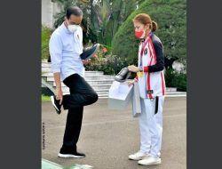 Saat Jokowi Pamerkan Sepatu Sneaker Buatan Greysia Polii yang Diproduksi di Malang