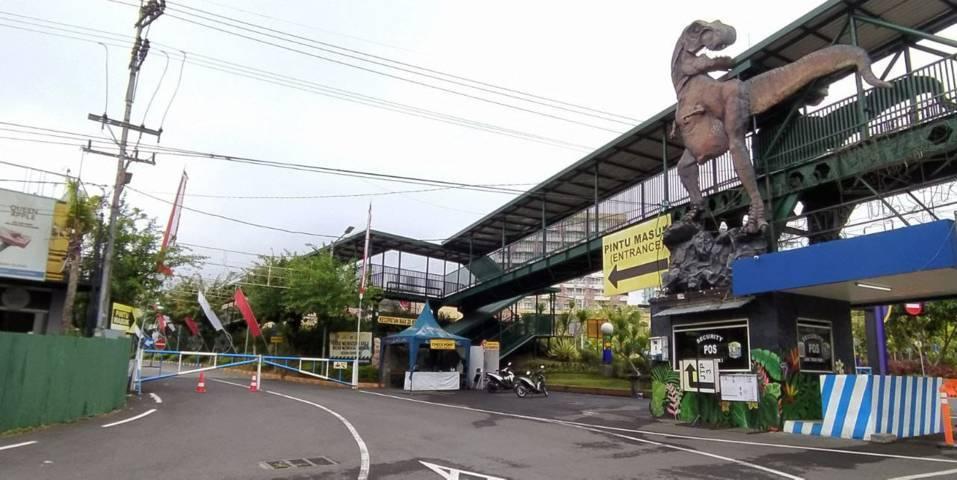 Suasana di depan salah satu destinasi wisata Jatim Park 3 yang ada di Jalan Ir Soekarno, Kota Batu, Selasa (3/8/2021). Rencananya 15 wisata milik Jatim Park Group ini ditutup hingga 12 Agustus 2021 mendatang. (Foto: M Ulul Azmy/Tugu Malang/Tugu Jatim)