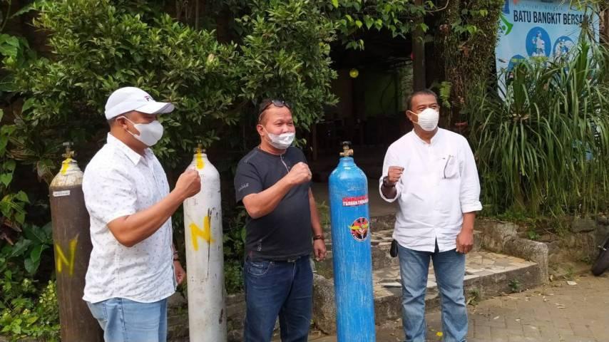 Ketua Kadin Kota Batu Endro Wahyu Wijoyono (tengah) usai mendatangkan tabung oksigen di Posko Call Center Fight Covid-19 Kota Batu. (Foto: M Ulul Azmy/Tugu Malang/Tugu Jatim)