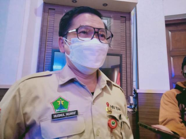 Kadinkes Kota Malang, Husnul Muarif ketika memberikan keterangan terkait jumlah pasien isoman yang telah dipindahkan ke isoter. (Foto: Rizal Adhi/Tugu Malang/Tugu Jatim)