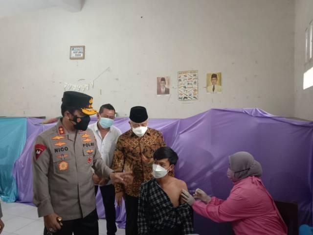 Kapolda Jawa Timur, Irjen Pol Nico Afinta didampingi Bupati Malang M Sanusi saat mengunjungi vaksinasi di SMK NU 4 Pakis, Minggu (29/8/2021). (Foto: M Sholeh/Tugu Malang/Tugu Jatim)