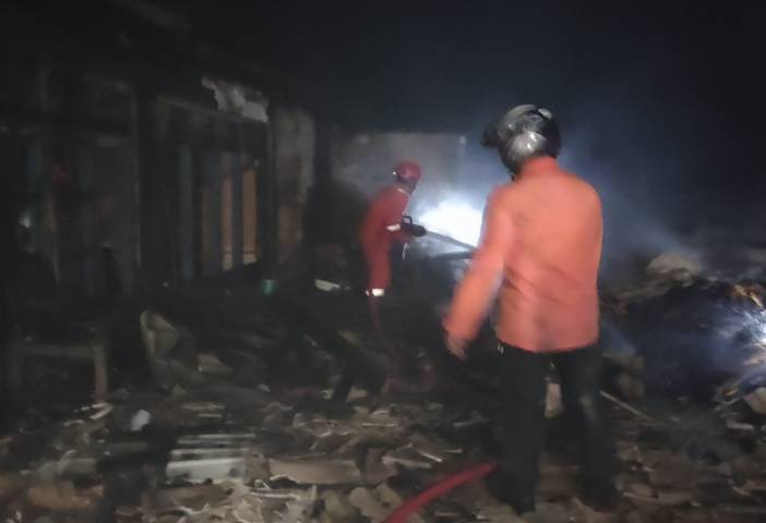 Upaya pemadaman api yang dilakukan oleh petugas pemadam kebakaran di rumah dan gudang penyimpanan gabah milik Kasjan (44) warga Dusun Sumber Rahayu, Desa Trantang, Kecamatan Kerek, Kabupaten Tuban, Senin (2/8/2021). (Foto: Humas BPDB Tuban) tugu jatim