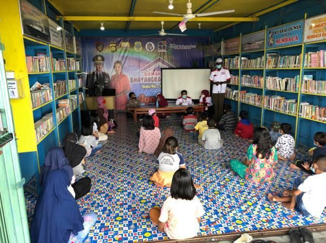 Perpustakaan mini bernama Rumah Baca yang berada di Kelurahan Kampung Laut, Kecamatan Kuala Jambi, Kabupaten Tanjung Jabung Timur, Provinsi Jambi. Perustakaan untuk menumbuhkan literasi anak-anak. (Foto: Dokumen) tugu jatim