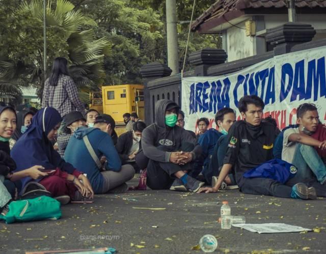 Suasana demo Omnibus Law di Malang sebelum berubah menjadi ricuh pada Oktober 2020 silam. (Foto: Dokumen/Lintang Imaniar) tugu jatim