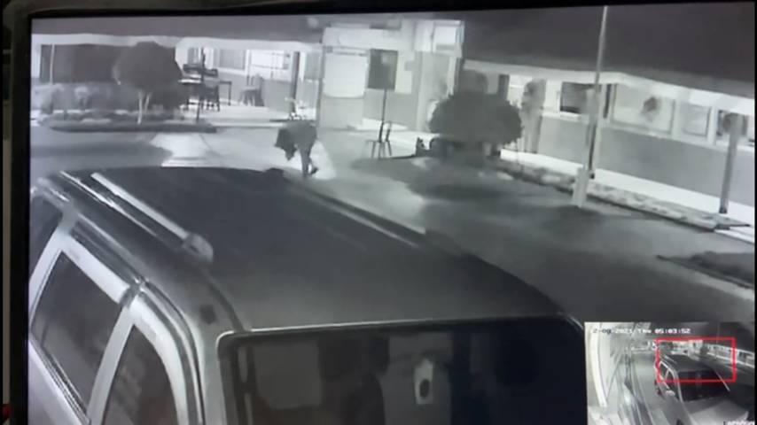 Tangkapan layar CCTV saat pelaku kepergok mengambil barang yang dibungkus plastik putih dan berisi pil Dobel L. (Foto: Humas Lapas Tuban) tugu jatim