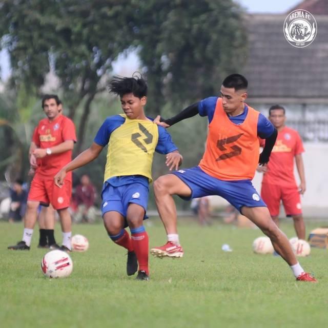 Para pemain Arema FC saat menjalankan latihan. (Foto: Instagram/Arema FC Offficial) liga 1, tugu jatim