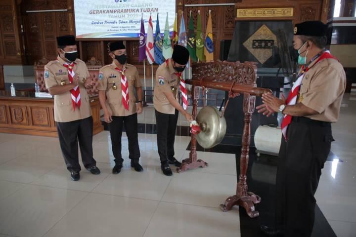 Bupati Tuban, Aditya Halindra Faridzky saat membuka Musyawarah Cabang Gerakan Pramuka Tuban tahun 2021 di Pendopo Krido Manunggal Tuban, Jumat (06/08/2021). (Foto: Diskominfo Tuban) tugu jatim