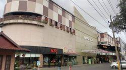 Suasana Lippo Plaza Batu yang tampak sepi pengunjung akibat PPKM Level 4 yang diterapkan di Malang Raya. (Foto: M Sholeh/Tugu Malang/Tugu Jatim)