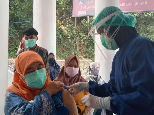 Salah satu nakes yang menjalani vaksinasi nakes dosis ketiga dengan vaksin Moderna di UMM, Malang, Senin (2/8/2021). (Foto: M Sholeh/Tugu Malang/Tugu Jatim)