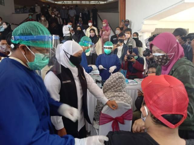 Gubernur Jawa Timur, Khofifah Indar Parawansa saat meninjau vaksinasi difabel dengan vaksin Sinopharm di UMM, Malang, Senin (2/8/2021). (Foto: M Sholeh/Tugu Malang/Tugu Jatim) tahun baru islam