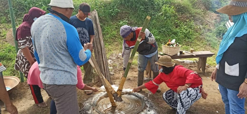 Warga Desa Tulungrejo, Kota Batu tengah mengaduk adonan jenang bersama untuk memohon keselamatan terhindar dari penyakit, Rabu (11/8/2021). (Foto: M Ulul Azmy/Tugu Malang/Tugu Jatim)