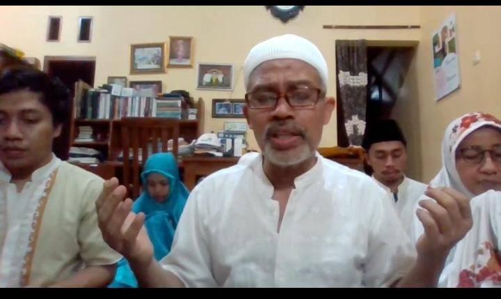 Nurcholis MA Basyari dan keluarga saat memimpin doa dalam acara doa bersama jamaah POS I, II, III, dan IV untuk Ketua Rombongan Jamaah POS III Surabaya-Sidoarjo, Fuad Ariyanto. (Foto: Dokumen/Tugu Jatim)