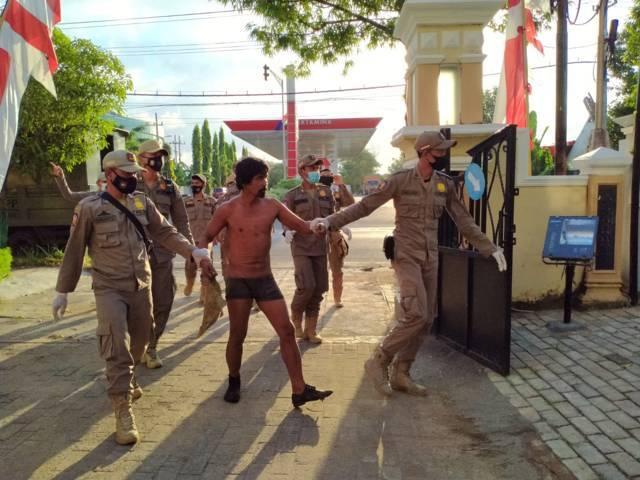 Proses penertiban gelandangan dan ODGJ oleh Satpol PP Tuban selama sepekan terakhir. (Foto: Dokumen/Satpol PP Tuban) tugu jatim