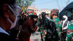Panglima TNI Hadi Tjahjanto disambut Plt. Bupati Nganjuk, Marhaen Djumadi ketika meninjau simulasi tracing nakes di Nganjuk, Minggu (1/8/2021). (Foto: Rino Hayyu/Tugu Jatim)