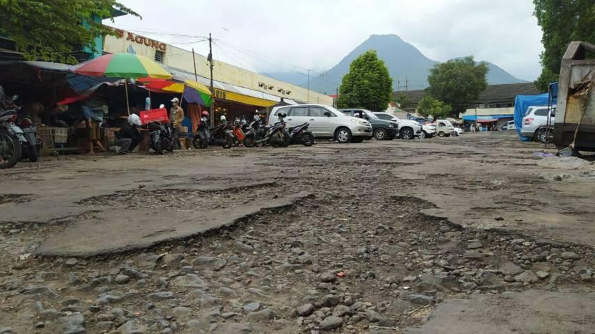 Kondisi jalan rusak di Pasar Besar Kota Batu. (Foto: M Ulul Azmy/Tugu Malang/Tugu Jatim)