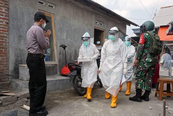 Petugas kesehatan di Kota Kediri terus melakukan testing dan tracing ke rumah-rumah warga untuk mengetahui sebaran virus corona. (Foto: Rino Hayyu/Tugu Jatim)