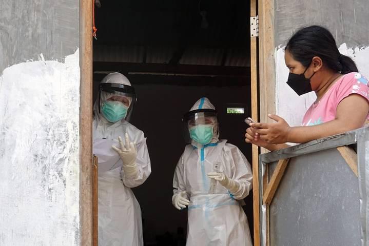 Petugas kesehatan di Kota Kediri terus melakukan testing dan tracing ke rumah-rumah warga untuk menekan dan mengetahui sebaran kasus Covid-19 di Kota Kediri. (Foto: Rino Hayyu/Tugu Jatim)