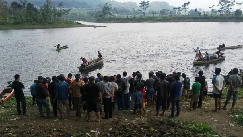 Proses pencarian korban tewas tenggelam oleh petugas Polsek Ngantang dan Tim SAR Kota Malang di Waduk Selorejo, Kabupaten Malang, Jumat (20/8/2021). (Foto: Dokumen) tugu jatim