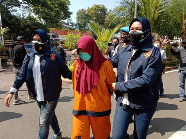 PTH (28), tersangka penyalahgunaan dana PKH di Desa Kanigoro, Kecamatan Pagelaran, Kabupaten Malang. (Foto: M Sholeh/Tugu Malang/Tugu Jatim)