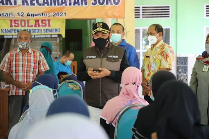 Wakil Bupati Tuban, H Riyadi saat meninjau pelaksanaan vaksinasi serentak di sejumlah kecamatan di Kabupaten Tuban, Sabtu (14/08/2021) kemarin. (Foto: Diskominfo Tuban) tugu jatim