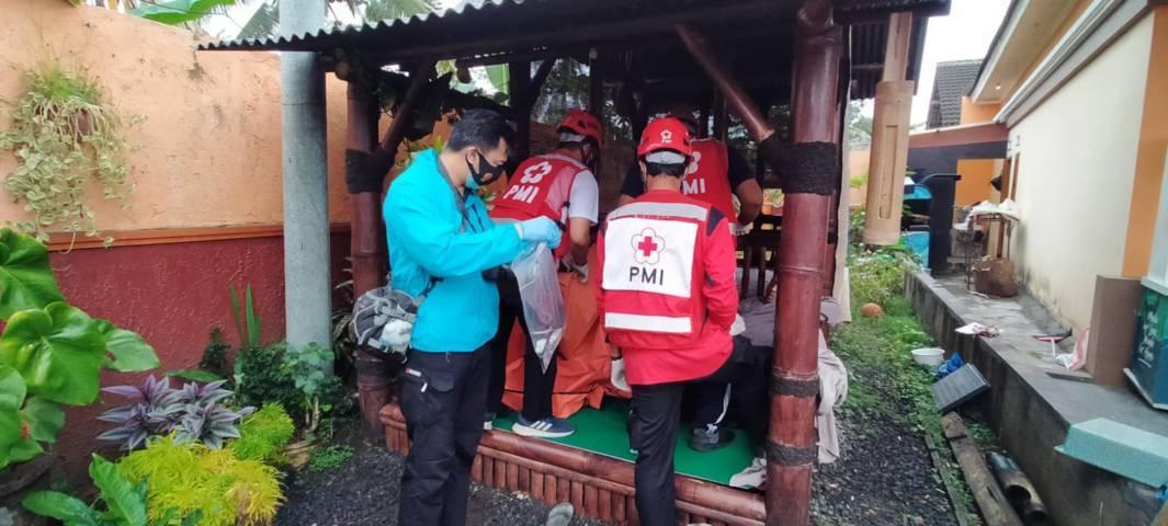Jajaran petugas kepolisian dan PMI saat mengevakuasi satpam perumahan yang ditemukan meninggal di pos jaga. (Foto: Rizal Adhi/Tugu Malang/Tugu Jatim)