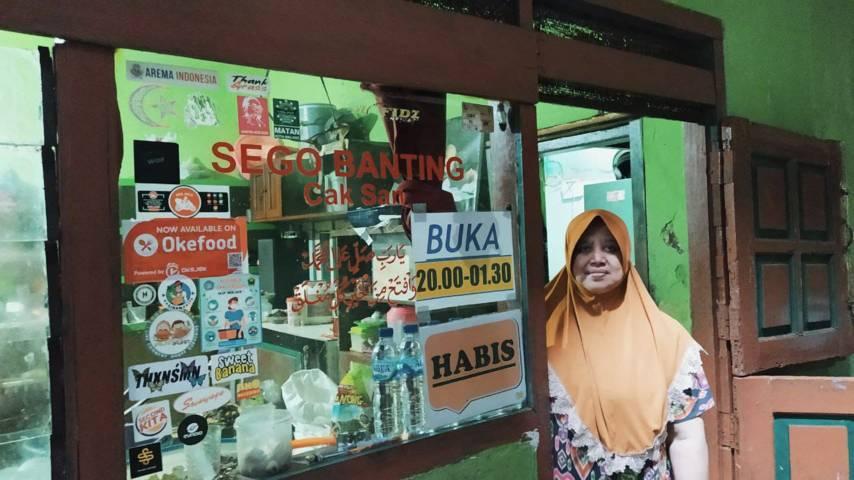 Ibu Sunarsih (57), sosok di balik kelezatan Sego Banting Cak San. (Foto: M Ulul Azmy/Tugu Malang/Tugu Jatim)