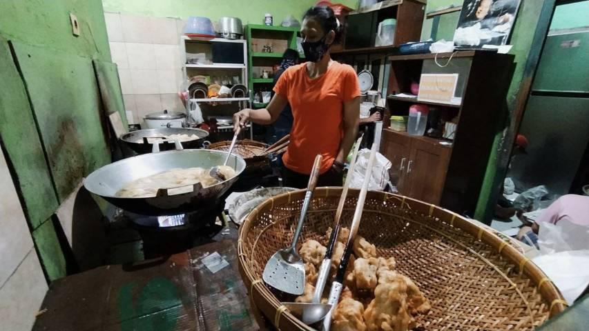 Suasana dapur yang terus mengepul demi memenuhi permintaan pesanan sego banting yang begitu khas dan melegenda. (Foto: M Ulul Azmy/Tugu Malang/Tugu Jatim)