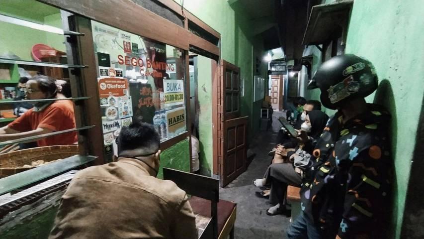 Sejumlah pelanggan rela mengantre demi sebungkus Sego Banting Cak San yang menggugah selera. (Foto: M Ulul Azmy/Tugu Malang/Tugu Jatim)