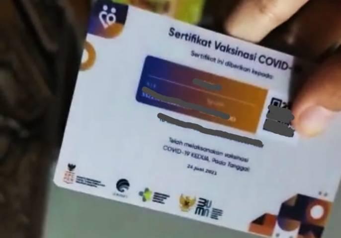 Ilustrasi sertifikat vaksinasi yang sudah dicetak dalam bentuk kartu. (Foto: Mila Arinda/Tugu Jatim)