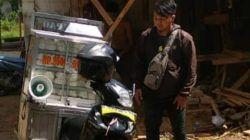 Ahmad Zubaedi (32) berjualan berkeliling untuk menjajakan dagangannya. Berangkat siang setengah sore, dan pulang hampir tengah malam. Aktivitas yang sehari-hari dia lakukan. (Foto Dokumen/Ahmad Zubaedi) tugu jatim
