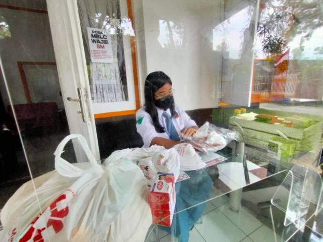 Salah seorang siswa yang menjadi relawan penanggulangan Covid-19 yang tergabung dengan Malang Bersatu Lawan Corona (MBLC). (Foto: Rizal Adhi/Tugu Malang/Tugu Jatim)