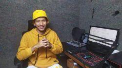Stevan Purba, pendiri Unfaedah Marketing, jasa pembuatan iklan video asal Kabupaten Malang saat ditemui, Selasa (17/8/2021). Dalam sebulan, ia mengaku bisa meraup keuntungan Rp 30 juta. (Foto: Gigih Mazda/Tugu Jatim)