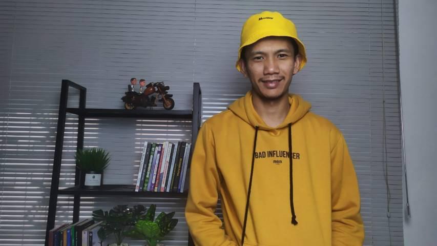 Stevan Nataniel Purba di salah satu sudut ruangan rumah sekaligus kantornya yang kerap ia gunakan untuk syuting video. (Foto: Gigih Mazda/Tugu Jatim)