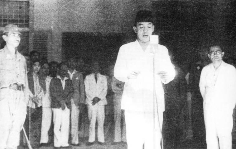 Presiden pertama RI, Sukarno saat membacakan teks proklamasi kemerdekaan Indonesia tanggal 17 Agustus 1945. (Foto: Dokumen/Perpustakaan Nasional) tugu jatim