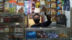 Sunoto saat beraktivitas di toko pracangan miliknya di Jalan Raya Tlogomas, Kota Malang. (Foto: M Ulul Azmy/Tugu Malang/Tugu Jatim)