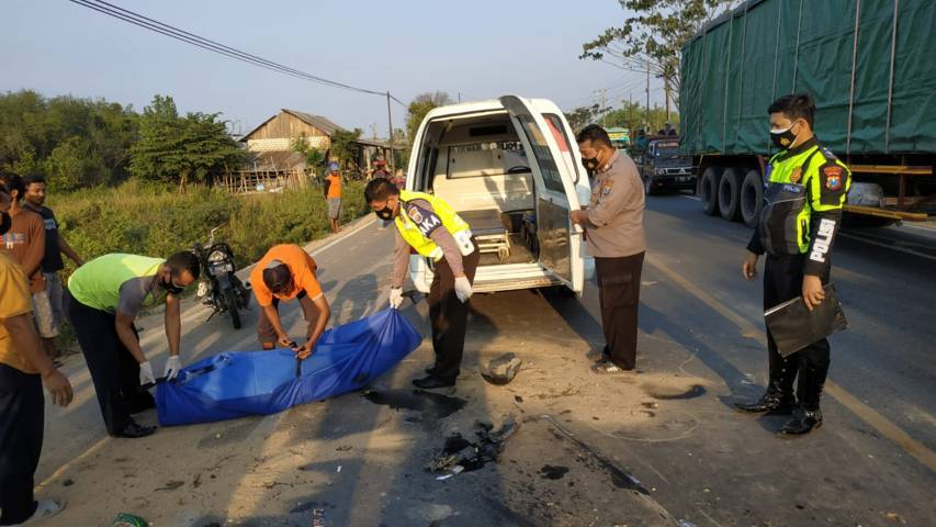 Jajaran anggota Satlantas Polres Tuban saat melakukan evakuasi korban laka lantas di Jalur Pantura, tepatnya jalan Tuban-Bancar KM 36-37, Kabupaten Tuban Sabtu (31/7/201) sore. (Foto: Humas Polres Tuban) tugu jatim tabrak lari
