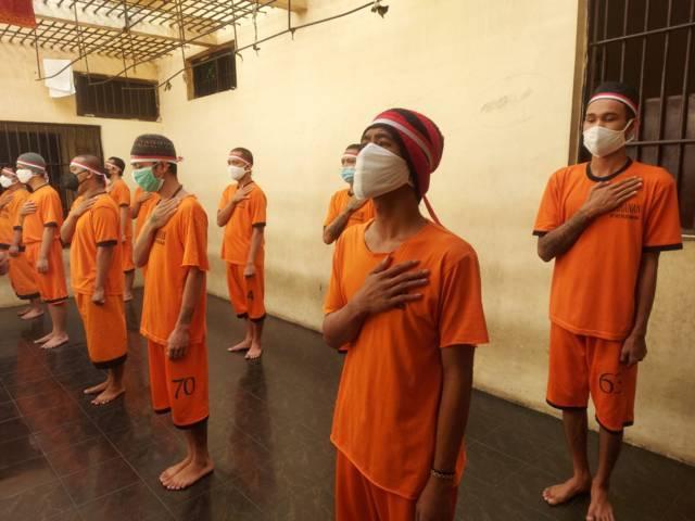 Tahanan Polres Malang mengikuti upacara detik detik proklamasi kemerdekaan RI, Selasa (17/8/2021) (Foto: Dokumen/Polres Malang) tugu jatim
