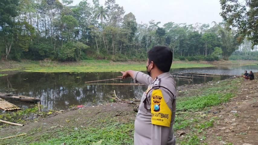 Petugas menunjukkan lokasi tenggelamnya seorang warga di Waduk Selorejo, Supiturang, Desa Sumberagung, Kecamatan Ngantang, Malang, Kamis (5/8/2021). (Foto: M Ulul Azmy/Tugu Malang/Tugu Jatim)