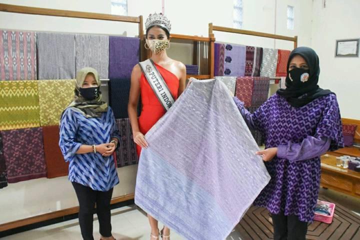 Ketua Dekranasda Kota Kediri (paling kanan), Ferry Silviana Abu Bakar saat memamerkan kain Tenun Ikat khas Kota Kediri yang kini bisa menembus pasar Jepang. (Foto: Rino Hayyu/Tugu Jatim)