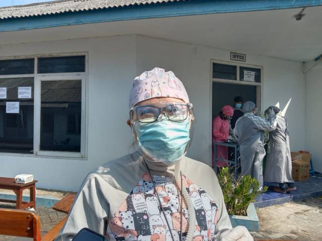 Pencetus terapi uap untuk sembuhkan Covid-19, dr. Yosephine Pratiwi, ditemui disela sela kesibukan melayani pasien di Karangploso, Kabupaten Malang. (Foto: M Sholeh/Tugu Malang/Tugu Jatim)