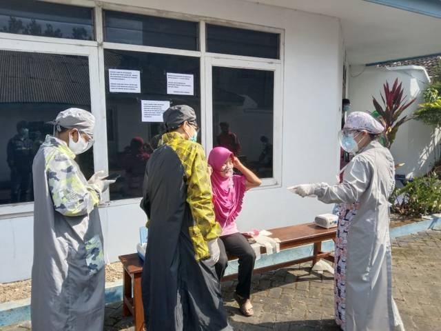 Pasien Covid-19 menjalani terapi uap di ruang terbuka. (Foto: M Sholeh/Tugu Malang/Tugu Jatim)
