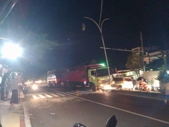 Kondisi truk gandeng yang menghantam traffic light dan lampu jalan di jalan Soekarno-Hatta, Desa Bogorejo, Kecamatan Merakurak, KabupatenTuban, Senin (17/8/2021) sore. (Foto: Humas Polres Tuban) tugu jatim