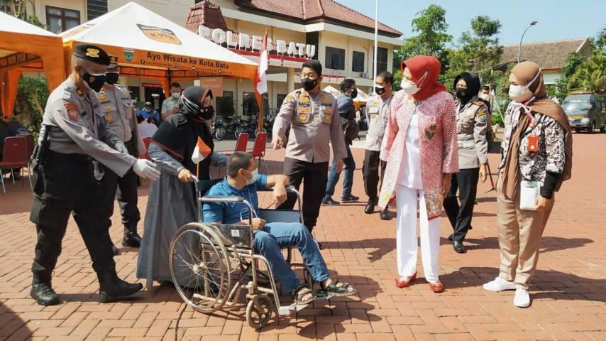 Wali Kota Batu Dewanti Rumpoko dan Kapolres Batu AKBP Catur Cahyono Wibowo menyapa langsung warga difabel saat vaksinasi di Mapolres Batu, Selasa (10/8/2021). (Foto: M Ulul Azmy/Tugu Malang/Tugu Jatim)