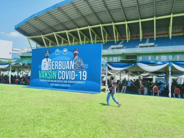 Suasana tenda dan antrean acara Serbuan Vaksinasi yang digelar di Stadion Gajayana, Kota Malang, 7-8 Agustus 2021. (Foto: Rizal Adhi/Tugu Malang/Tugu Jatim)